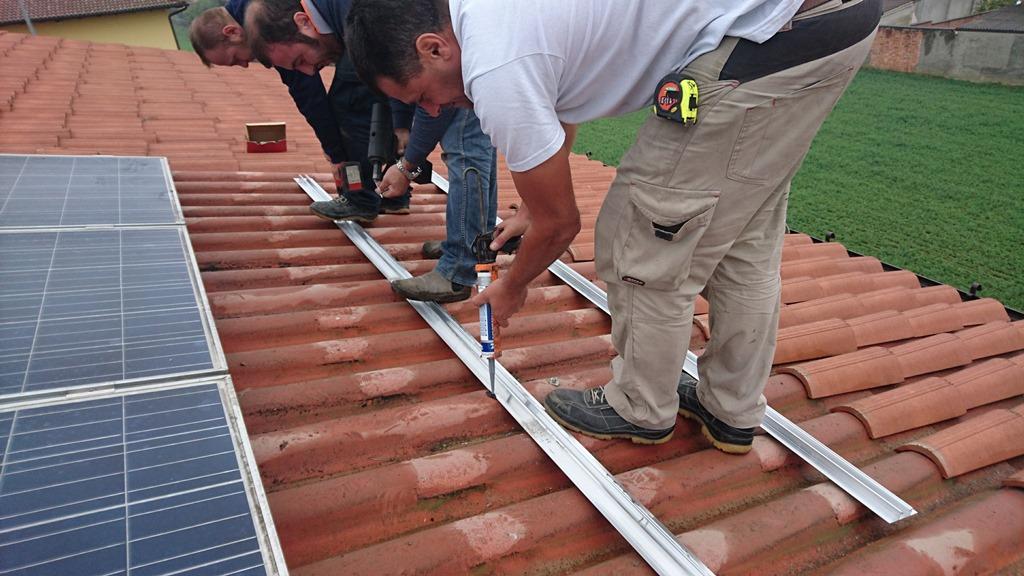 Impianto fotovoltaico residenziale a cremona con sunny boy 2 5 for Montaggio onduline