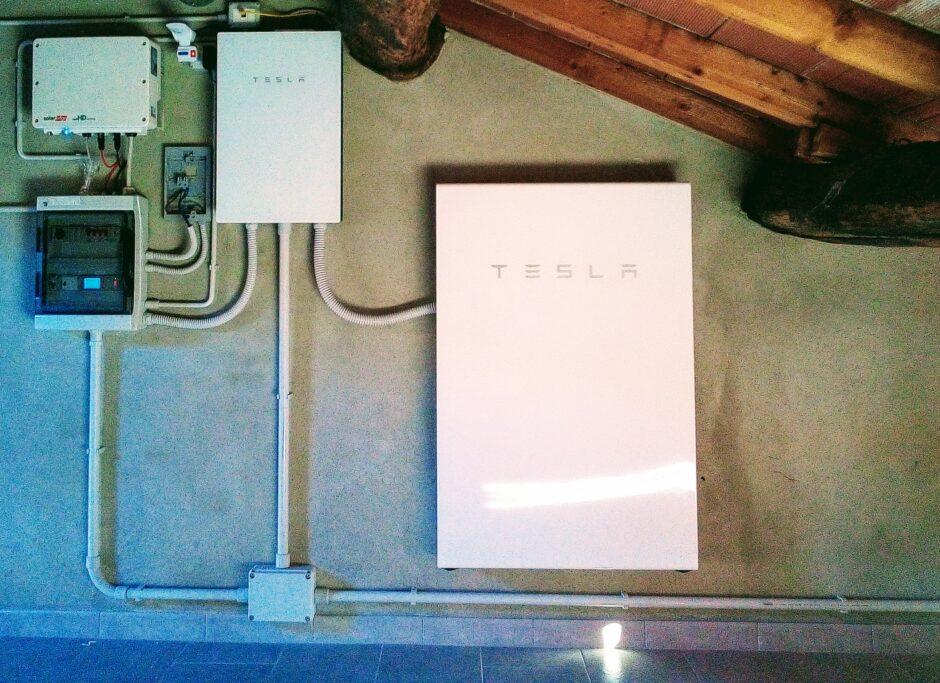 fotovoltaico-con-Tesla-Powerwall-sottotetto